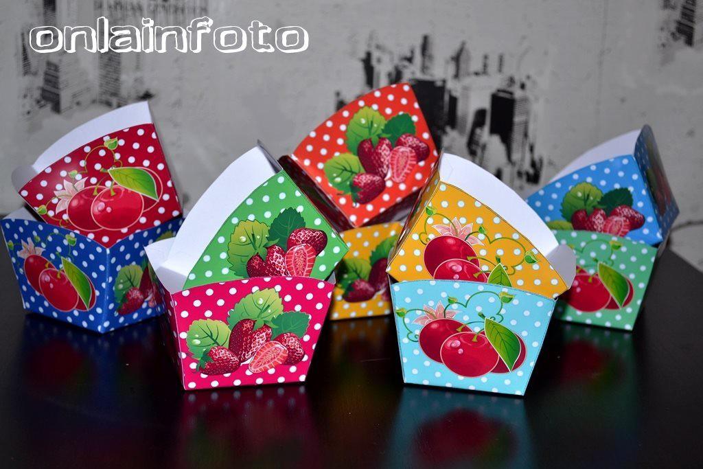 бумажные коробочки с ягодами